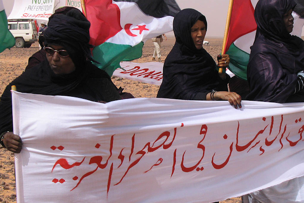 Sahrawi_women_against_the_wall_of_shame2